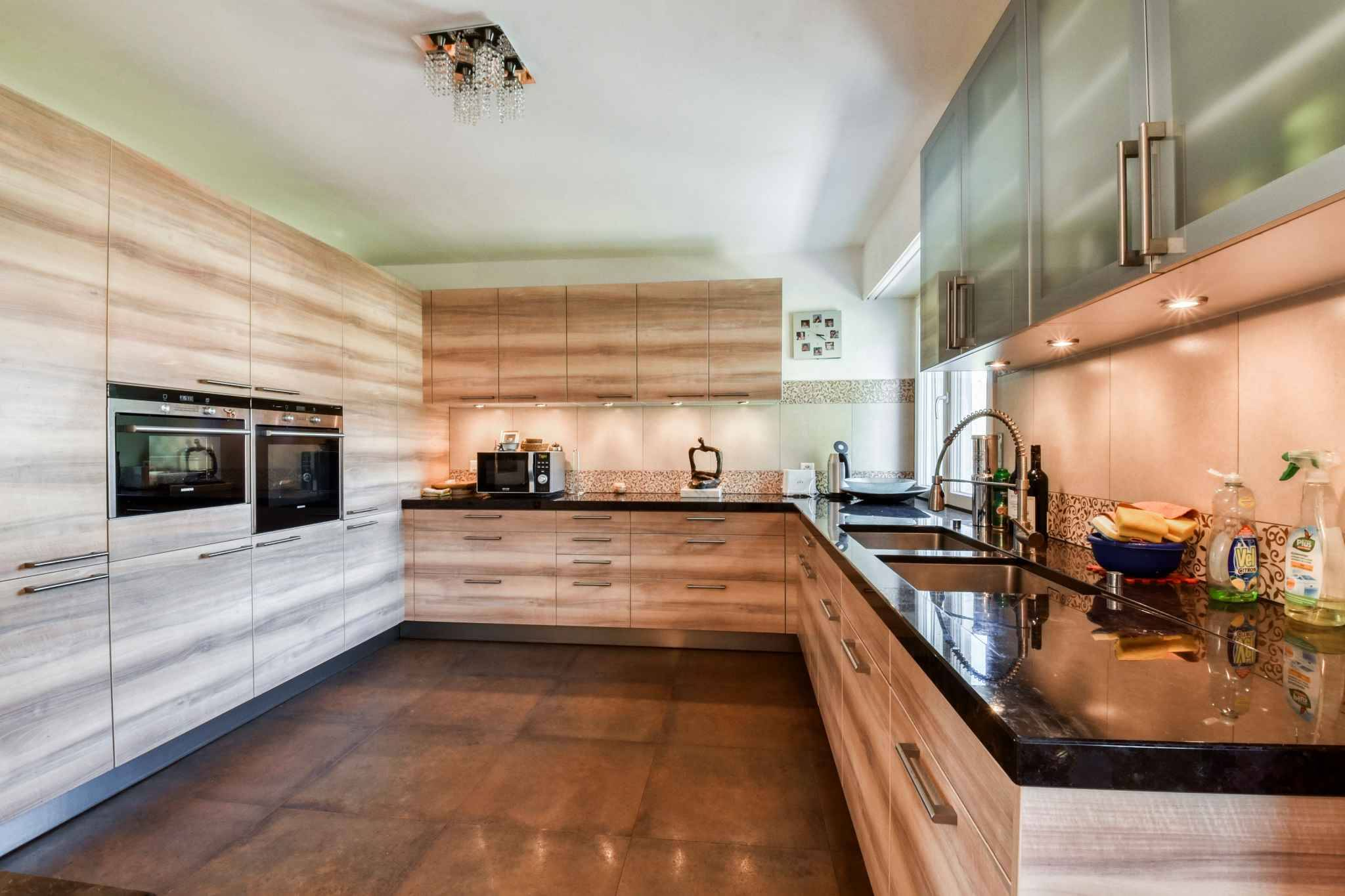 Propriété d'env. 360 m2 avec surface commerciale au rez-de-chaussée d'env. 450 m2