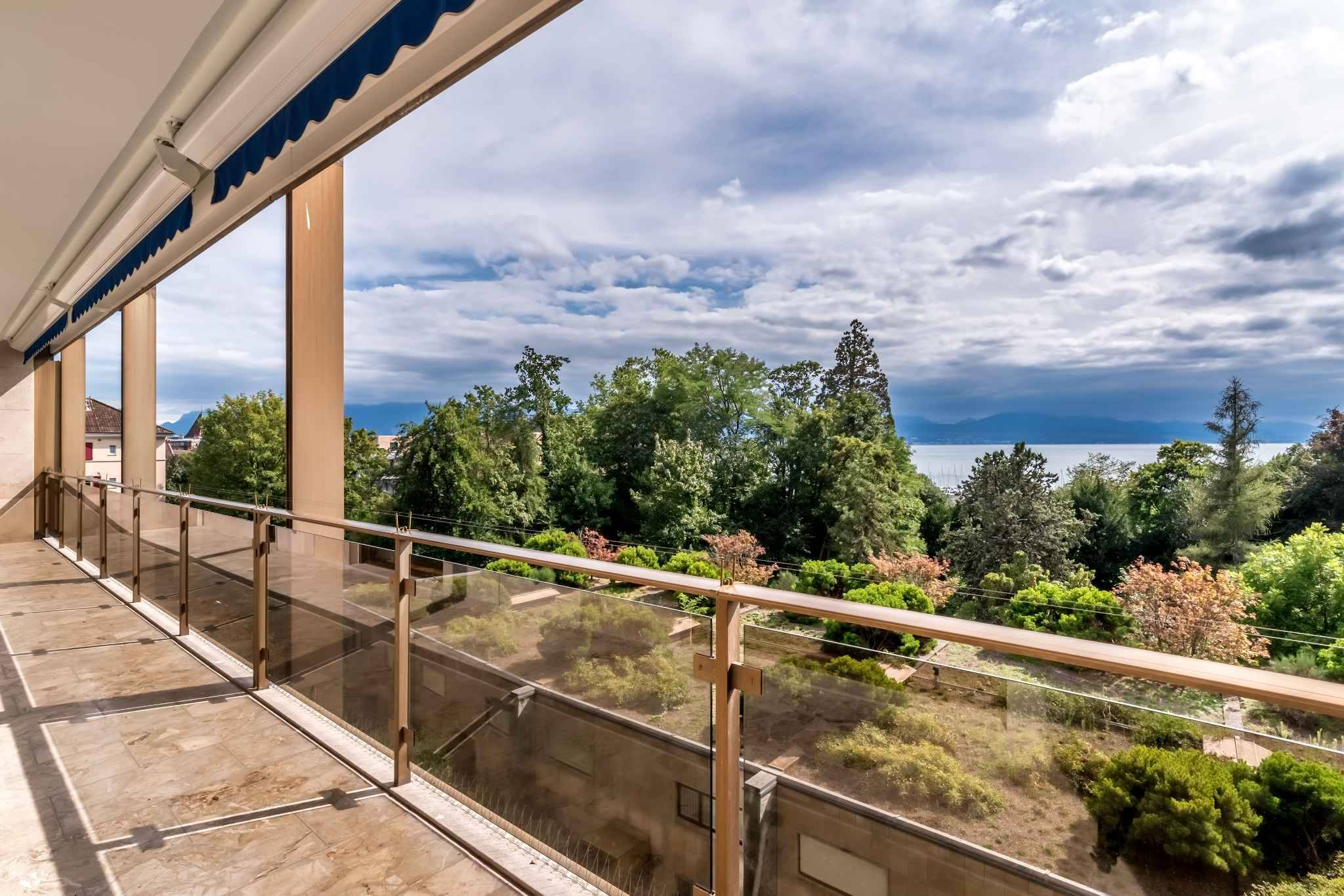 Lavish apartment with 156 sq. m. of living space and breathtaking view of the lake and the Alps